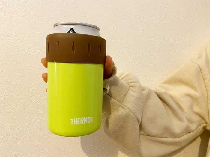 サーモス保冷缶ホルダーJCB-352を娘に持ってもらいました