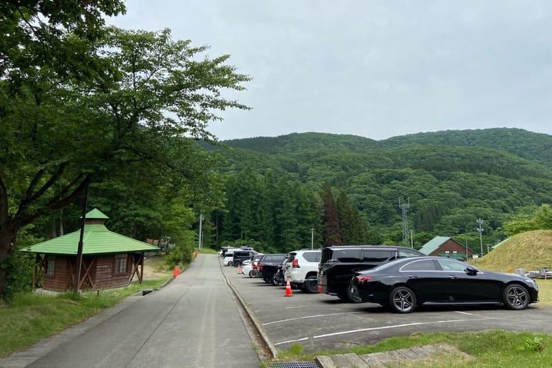 秋田県とことん山キャンプ場:林間サイト前駐車場