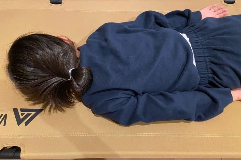 VASTLAND2WAYキャンプコットに娘が寝ちゃった