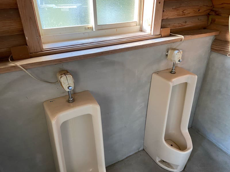 宮城県松島町野外活動センターキャンプ場の男子トイレ